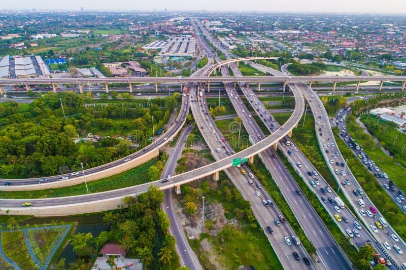 Estrada da passagem superior da cidade do transporte da vista aérea com movimento do veículo foto de stock royalty free