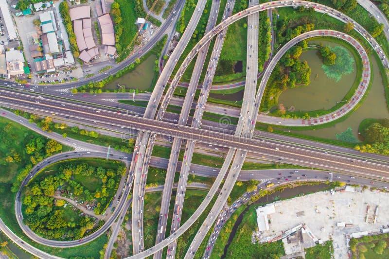 Estrada da passagem superior da cidade do transporte da vista aérea com movimento do veículo foto de stock