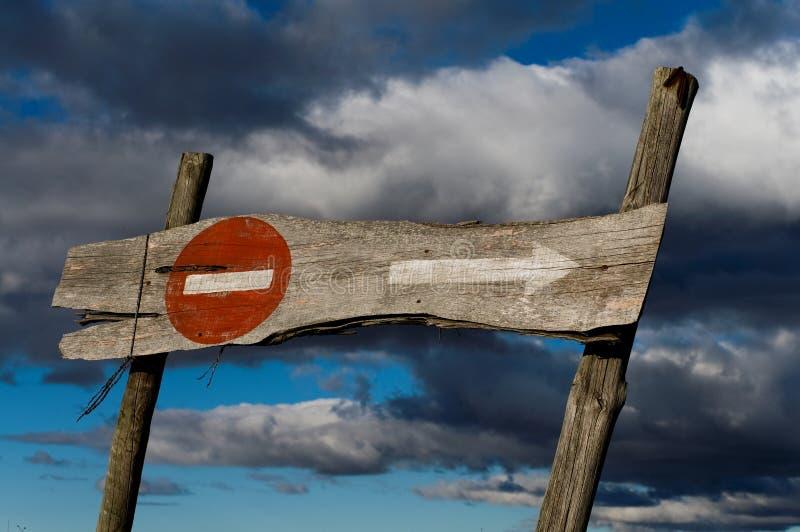 A estrada da proibição assina dentro um quadro de avisos de madeira velho foto de stock