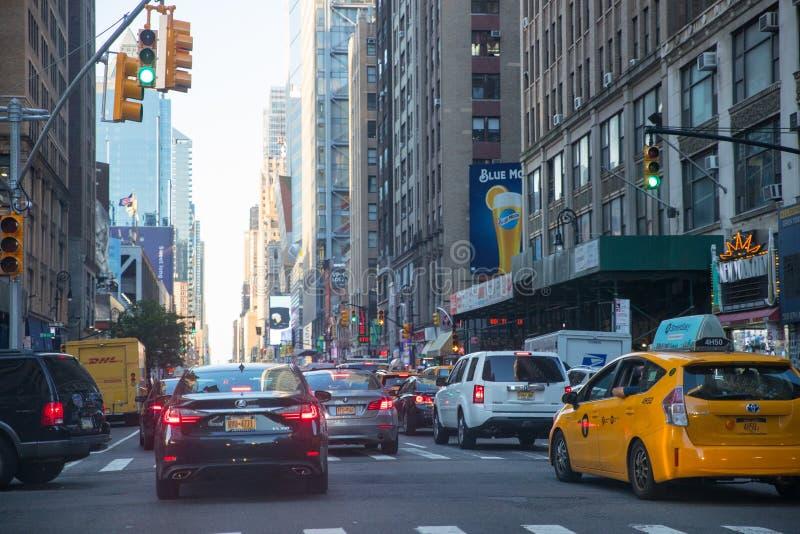 Estrada da rua de New York City em Manhattan em horas de verão imagem de stock