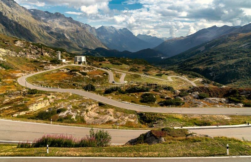 Estrada das montanhas em cumes de switzerland foto de stock royalty free