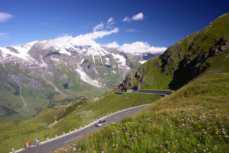 Estrada das montanhas nos alpes, Áustria foto de stock royalty free