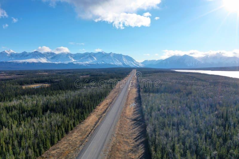 Estrada de Alaska na primavera fotografia de stock royalty free