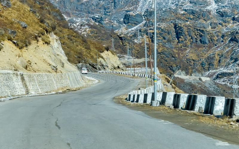 A estrada de Arunachal Frontier Highway ou de Mago Thingbu Vijaynagar India e da fronteira internacional de China, mantém por BRO imagens de stock