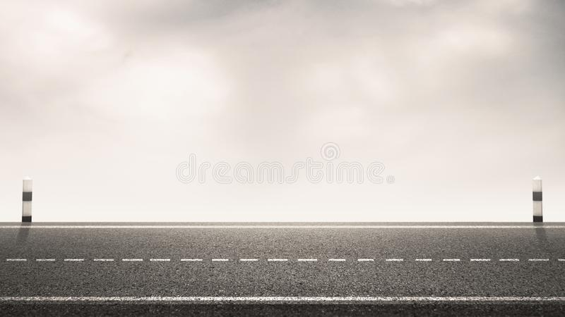 Estrada de asfalto vazia com marcos e fundo do céu para o plano de fundo fotos de stock