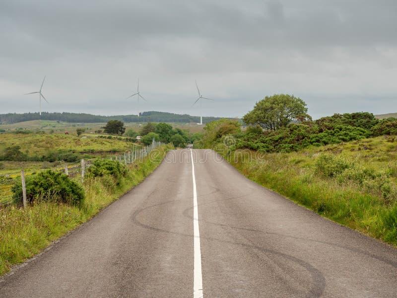 Estrada de campo pequeno com traços de pneu na superfície de asfalto cria forma S Conceito de condução perigosa imagens de stock
