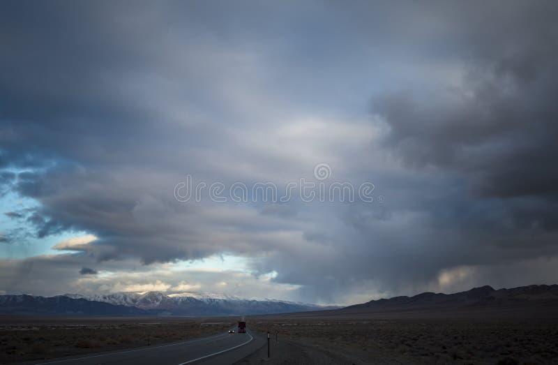 Estrada de curva à frente com céu coberto imagens de stock