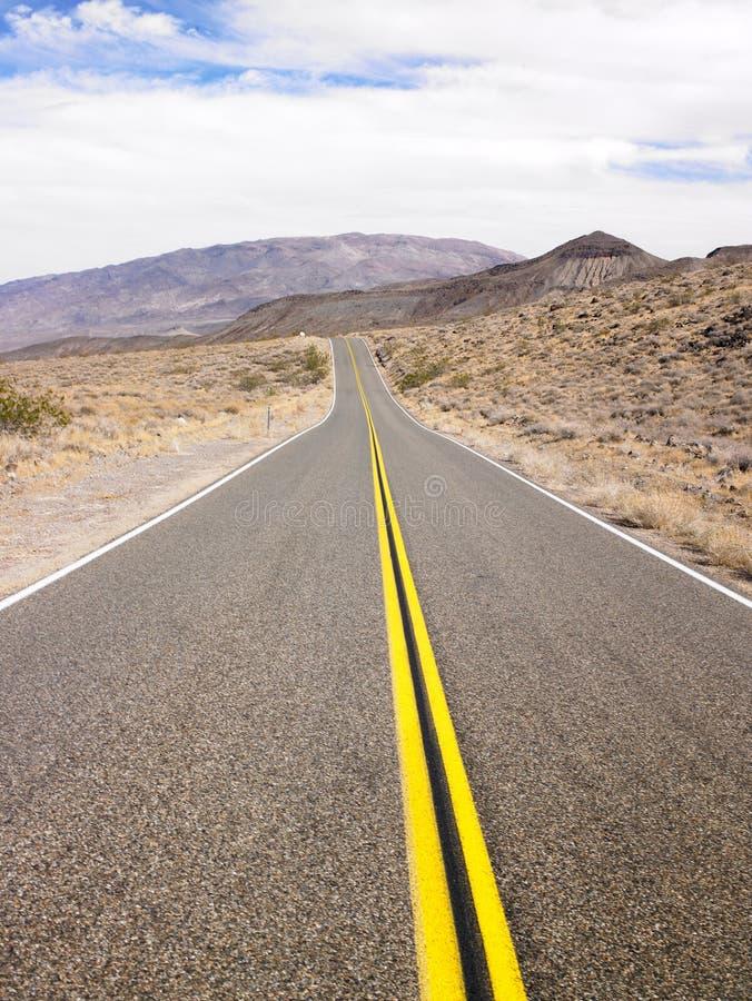 Estrada de duas pistas com a paisagem do deserto foto de stock