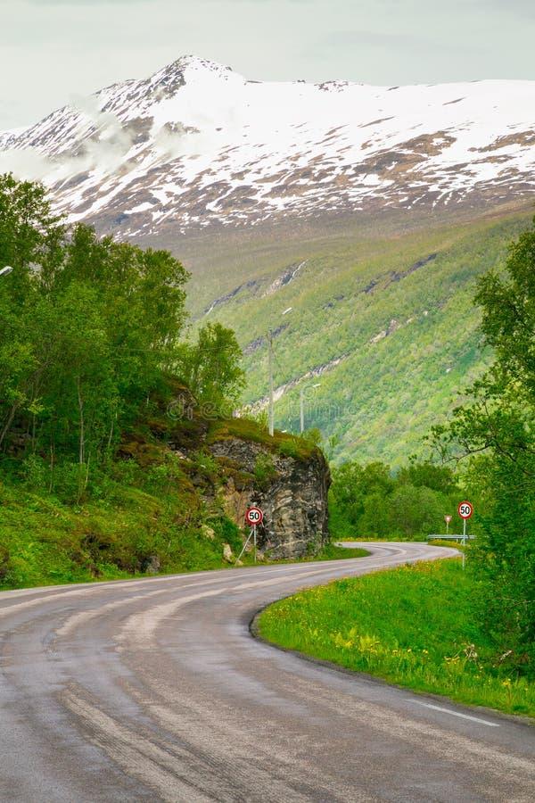A estrada de enrolamento à montanha imagem de stock