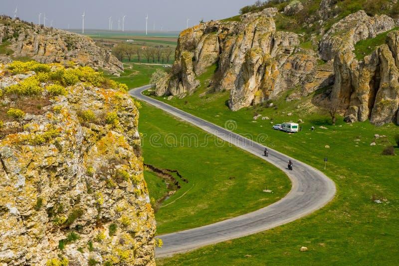 Estrada de enrolamento através das rochas fotografia de stock