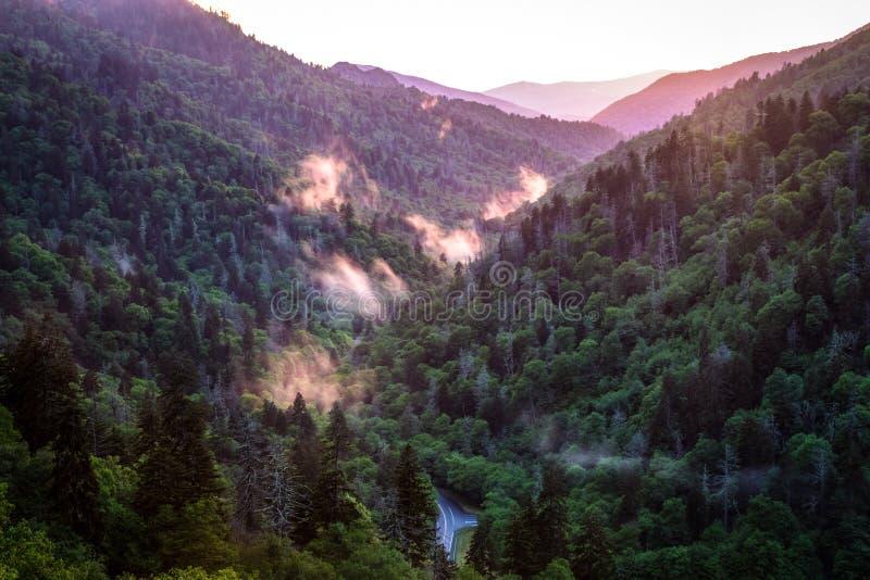 Estrada de enrolamento através do parque nacional de Great Smoky Mountains fotografia de stock
