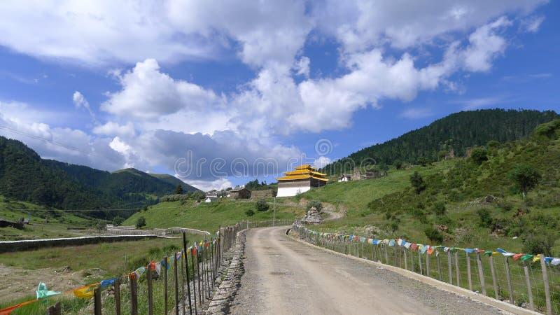 Estrada de enrolamento da montanha com templo tibetano foto de stock