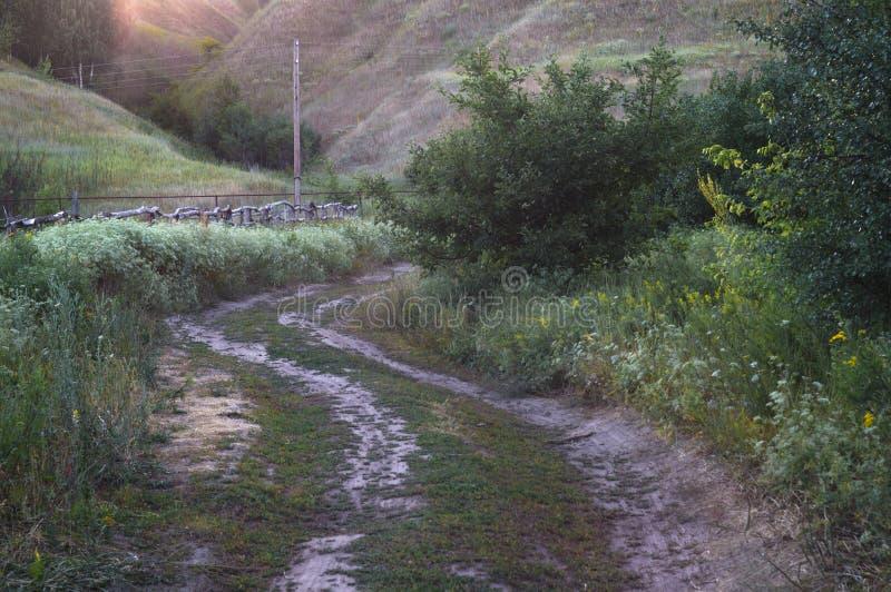 Estrada de enrolamento da montanha em um vale montanhoso Paisagem rural das montanhas, ruas fora do trajeto batido imagens de stock