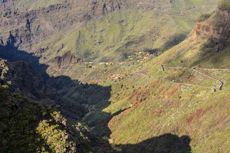 Estrada de enrolamento das montanhas que conduz à aldeia de Masca, Tenerife, Espanha imagem de stock royalty free
