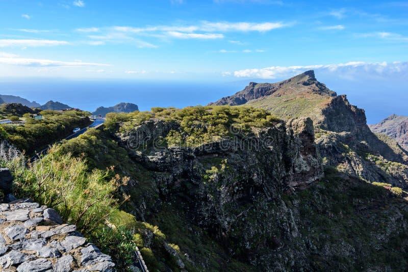 Estrada de enrolamento das montanhas que conduz à aldeia de Masca, Tenerife, Espanha fotografia de stock royalty free