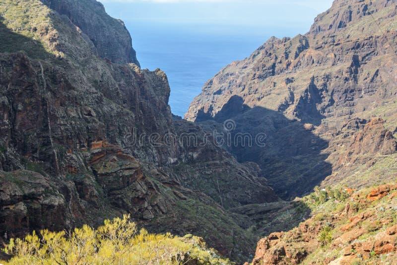 Estrada de enrolamento das montanhas que conduz à aldeia de Masca, Tenerife, Espanha fotos de stock