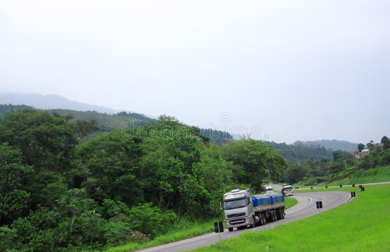 Estrada de enrolamento entre o Sao Paolo e Curitiba imagem de stock royalty free
