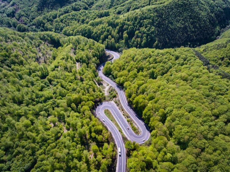 Estrada de enrolamento na floresta a Transilvânia, Romênia, Europa Caminhão imagens de stock royalty free