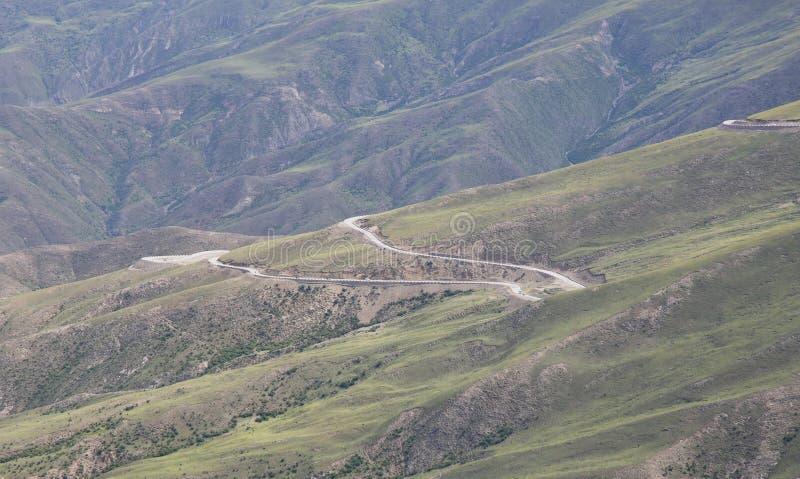 Estrada de enrolamento no montanhas imagens de stock royalty free