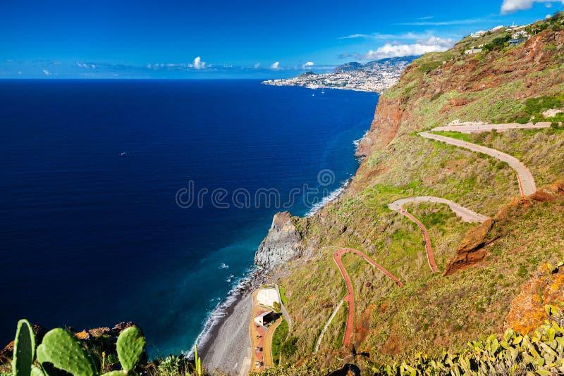 A estrada de enrolamento que conduz à praia Ponta faz Garajau imagens de stock royalty free