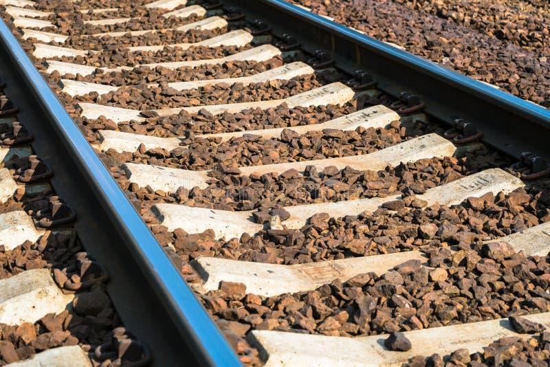 Estrada de ferro de alta velocidade moderna Trilhas de estrada de ferro Trilha de estrada de ferro coberta com o cascalho Europa  imagens de stock royalty free