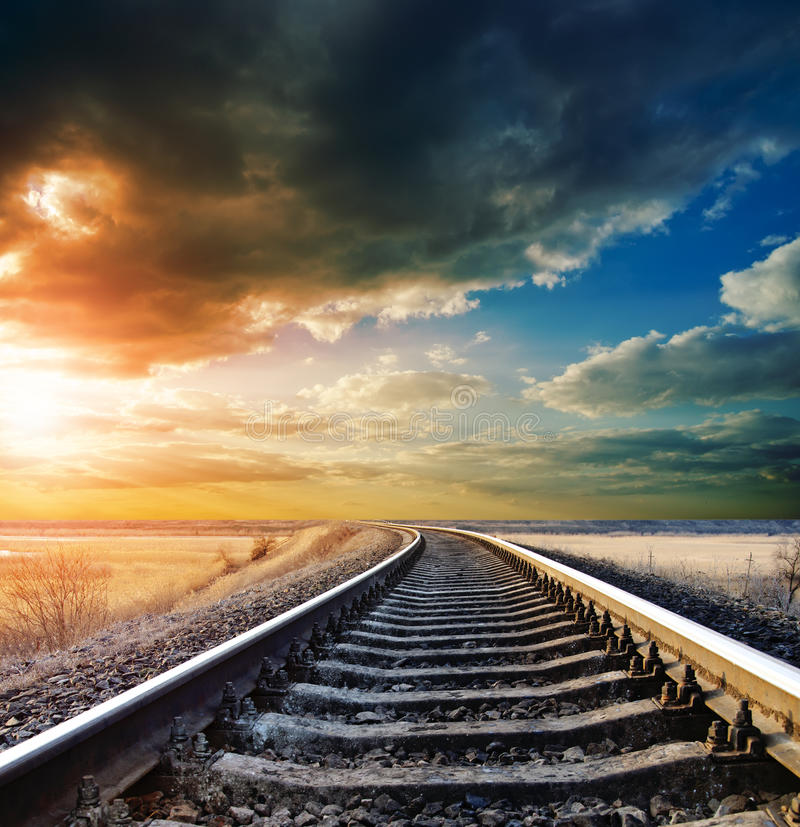 Estrada de ferro ao horizonte foto de stock