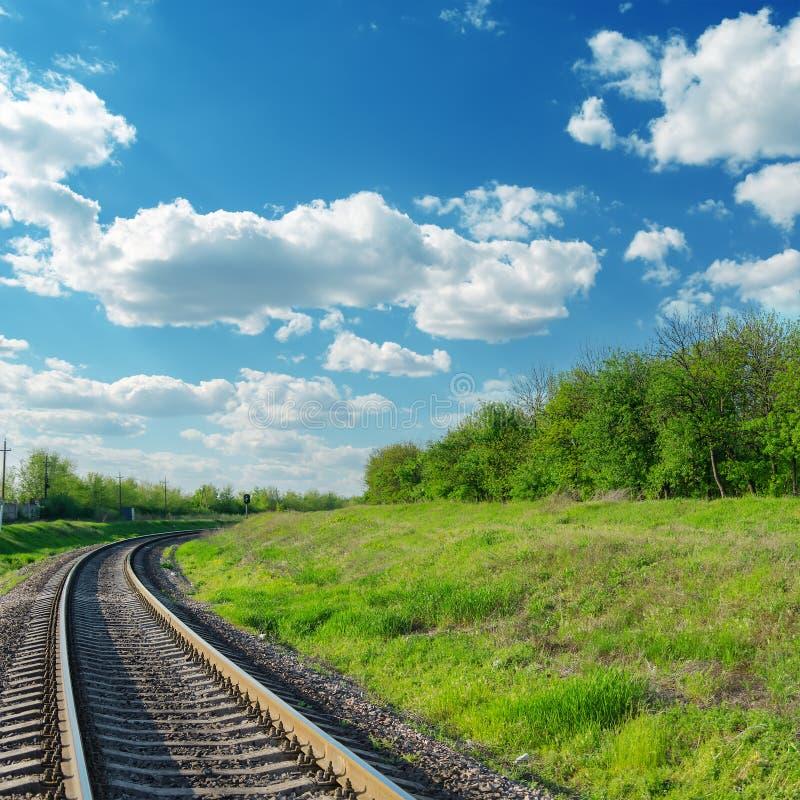 Estrada de ferro ao horizonte na paisagem verde foto de stock royalty free