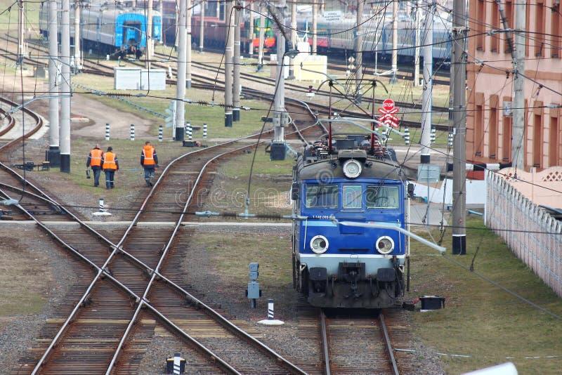 Estrada de ferro da estação da distribuição Trilhos e dorminhocos manutenção das estradas e do transporte Transporte público os s fotos de stock royalty free