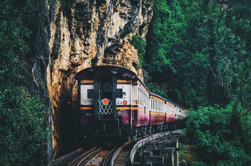 Estrada de ferro da morte em Kanchanaburi Tailândia fotos de stock royalty free