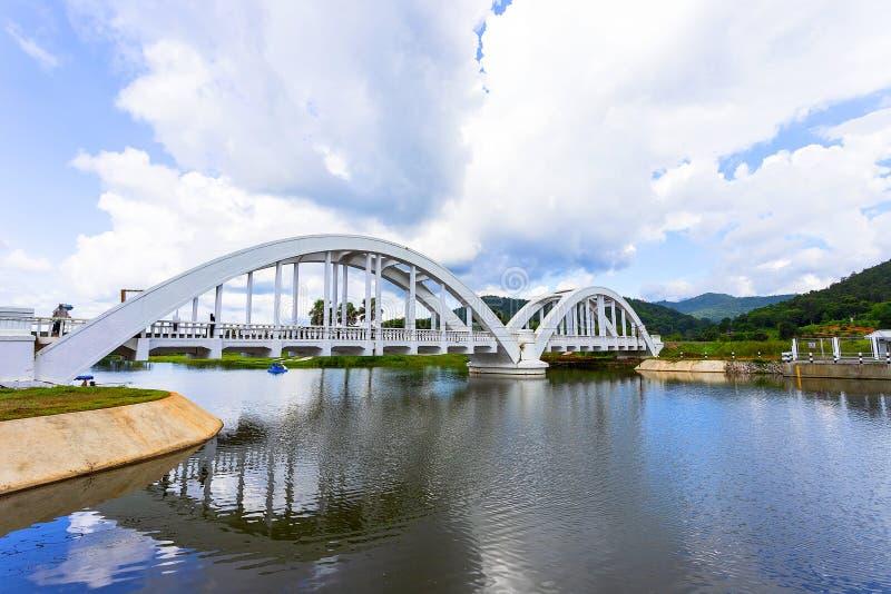 Estrada de ferro da ponte do rio construída durante a segunda guerra mundial pelas tropas japonesas situadas em Lamphun, Tailândi fotos de stock royalty free