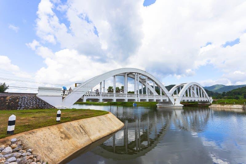 Estrada de ferro da ponte do rio construída durante a segunda guerra mundial pelas tropas japonesas situadas em Lamphun, Tailândi imagem de stock