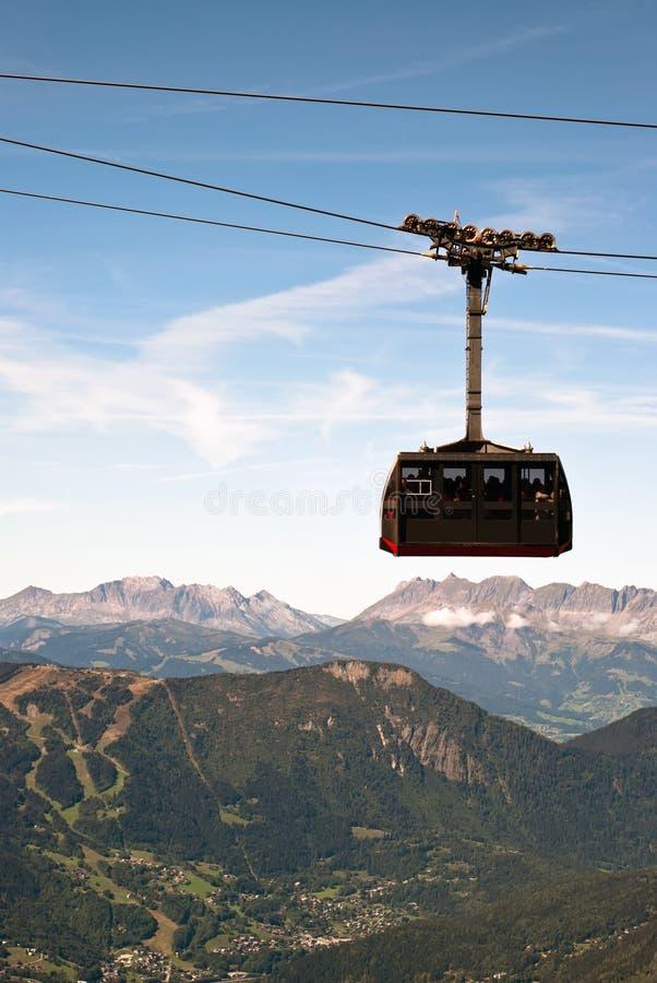 Estrada de ferro de cabo antes da paisagem da montanha imagem de stock royalty free