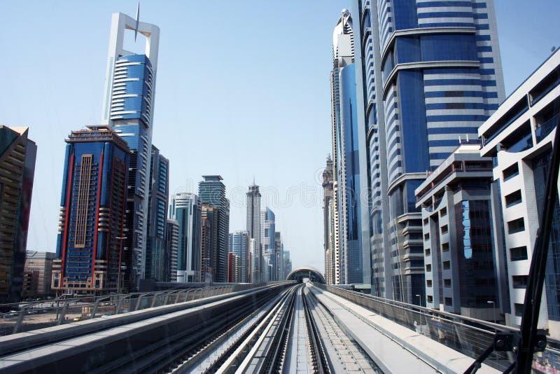 Estrada de ferro do metro na cidade de Dubai imagem de stock