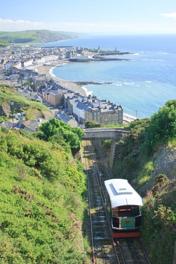 Estrada de ferro do penhasco com o Aberystwyth no fundo foto de stock royalty free