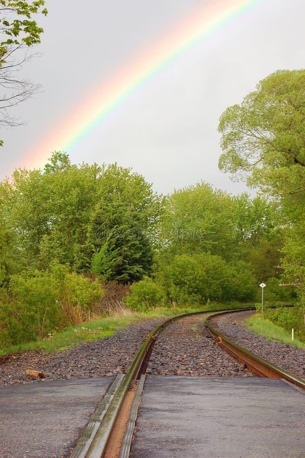 Estrada de ferro e arco-íris fotografia de stock