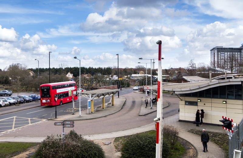 Estrada de ferro e estação de ônibus em Feltham central imagem de stock