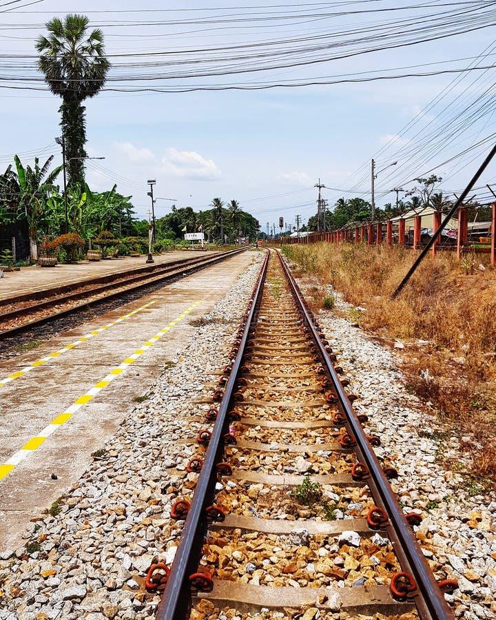 Estrada de ferro e estação de caminhos de ferro em Tailândia imagem de stock royalty free