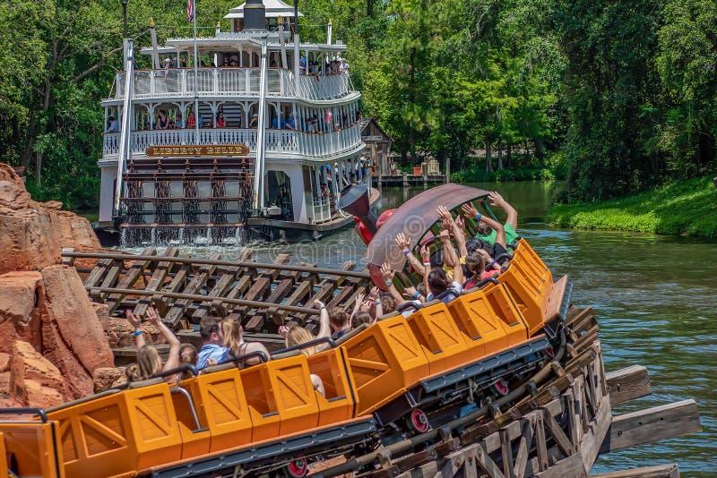 Estrada de ferro e Liberty Square Riverboat grandes da montanha do trovão no reino mágico em Walt Disney World fotos de stock royalty free