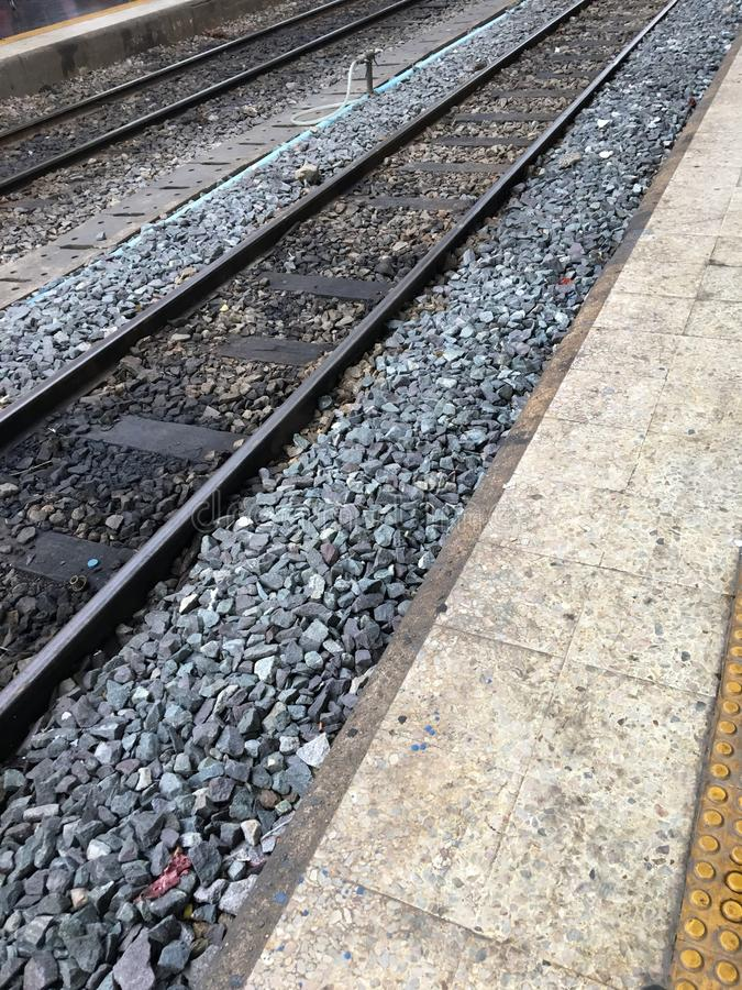 Estrada de ferro e pedra imagem de stock