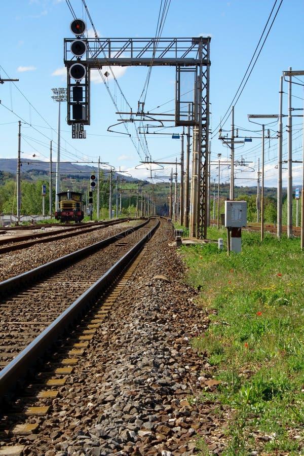 Estrada de ferro e shunter em Toscânia imagens de stock royalty free