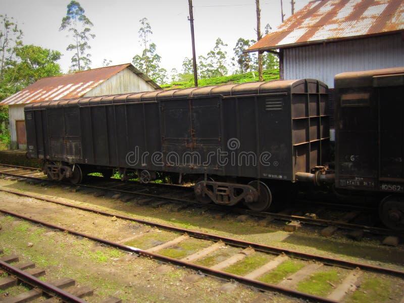 Estrada de ferro em Sri Lanka com um trem velho fotografia de stock