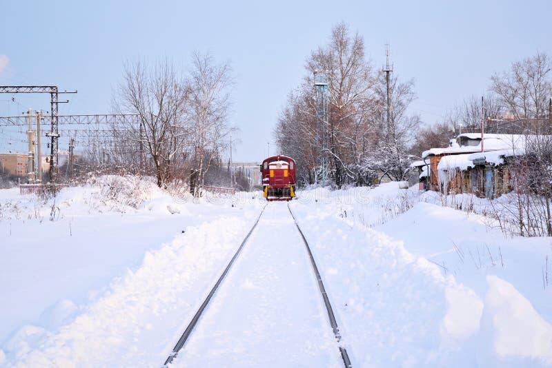 A estrada de ferro estica na distância neve Inverno Locomotiva elétrica na maneira fotos de stock