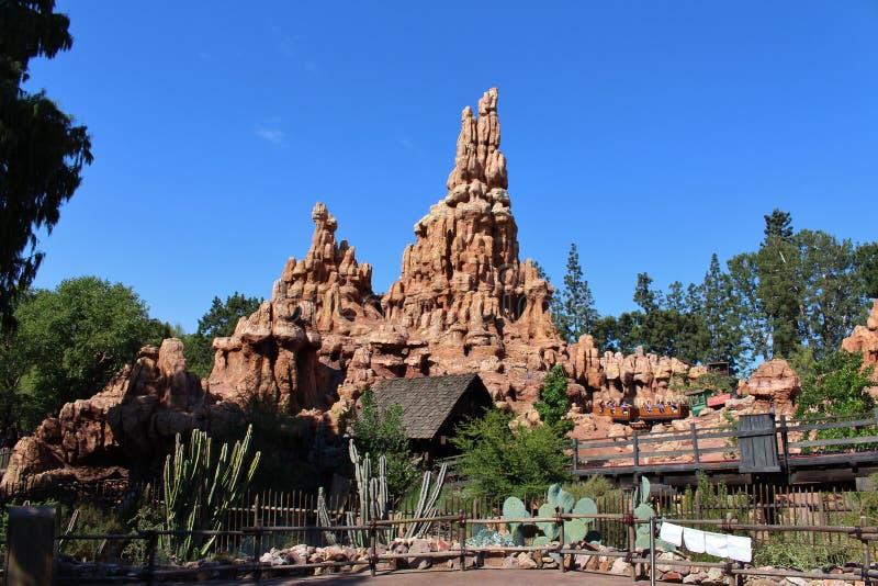 Estrada de ferro grande da montanha do trovão, Disneylândia imagem de stock