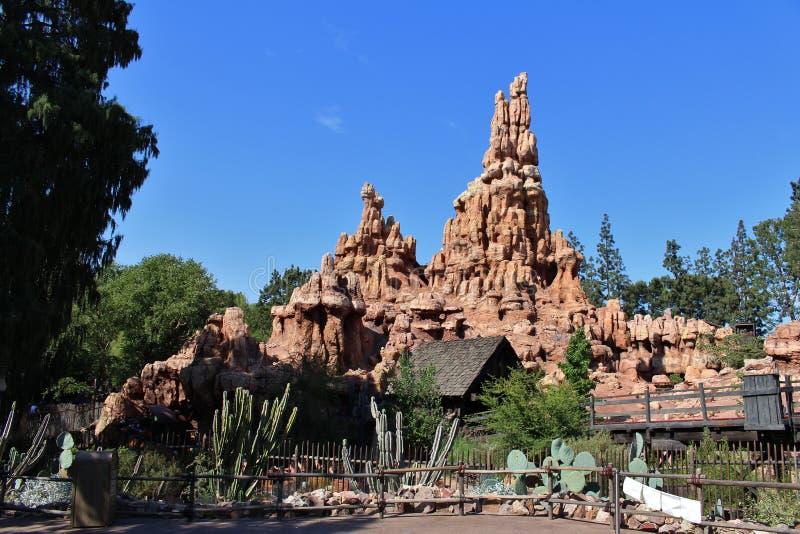 Estrada de ferro grande da montanha do trovão, Disneylândia imagem de stock royalty free