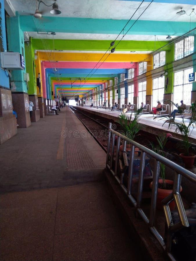 Estrada de ferro indiana de Mumbai da plataforma da estação de Churchgate imagens de stock royalty free