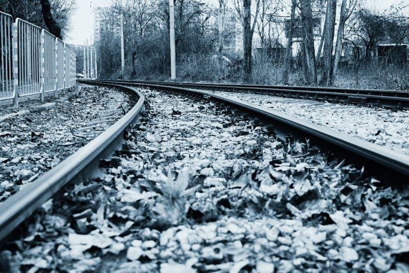 Estrada de ferro na cidade em preto e branco fotos de stock royalty free