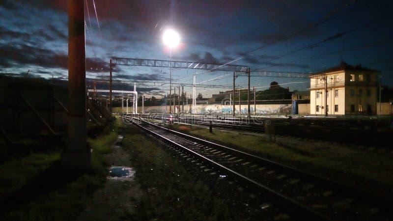 Estrada de ferro na noite foto de stock