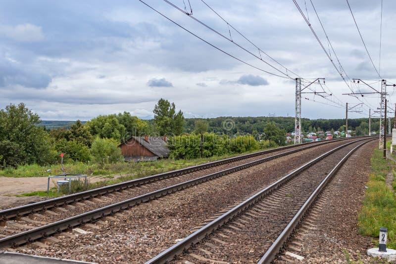 Estrada de ferro na região de Tula, Rússia paisagem com trilha de estrada de ferro, céu com nuvens, árvores e grama Jun??o Railwa fotografia de stock royalty free