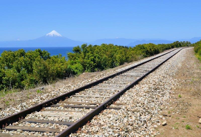Estrada de ferro perto do lago Llanquihue, o Chile fotografia de stock