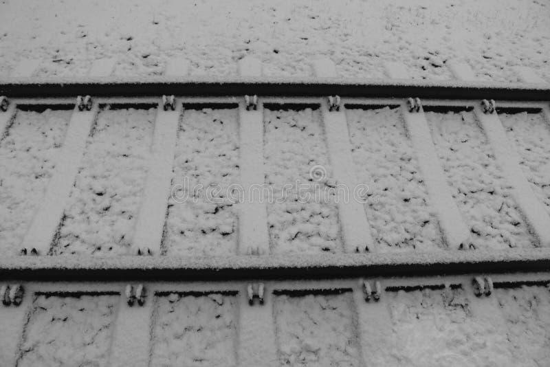 Estrada de ferro sob a neve no inverno Conceito do curso e do movimento A paralela alinha o fundo transporte do inverno fotografia de stock royalty free